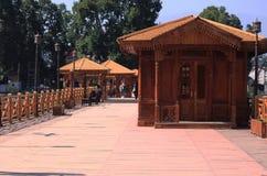 Koja en liten kabin som göras av trä royaltyfria bilder