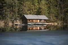 Koja på den djupfrysta sjön, Österrike Arkivbilder