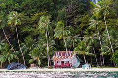 Koja på den tropiska stranden Fotografering för Bildbyråer