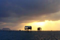Kojan i havet med soluppgång Royaltyfri Foto