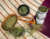 Kojarzyć w parę herbaty z różnorodnymi ziele i pomarańczową łupą zdjęcie stock