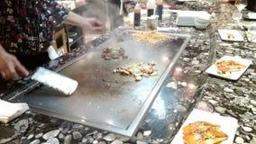 Kok achter het werk bij tepanyaki-restaurant Civitavecchia, Italië