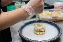 Kok in de keuken Stock Foto