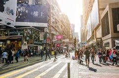 Kok de Mong em Hong Kong O kok de Mong é caracterizado por uma mistura de construções velhas e novas da multi-história foto de stock royalty free