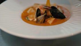 Kok in de soep van de restaurantkok 4k stock video