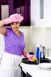 Kok die haar brow afvegen aangezien zij omhoog het wassen doet royalty-vrije stock foto