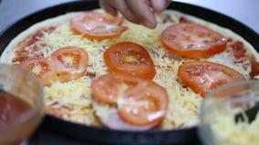 Kok die pizza voorbereidt laag van tomaat stock footage