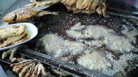 Kok die verse vissen op een grote pan braden bij de box in Istanboel Turkije stock video