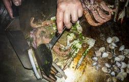 Kok die zeevruchten op rooster zonder handschoenen maken stock afbeeldingen