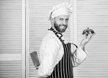 kok in eenvormig restaurant, Beroeps in keuken culinaire keuken zekere mens in schort en hoedengreepdienblad Chef-kok stock foto