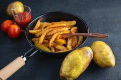 Kok gebraden aardappels stock fotografie
