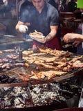 Kok kokende Worsten en Kip op houtskoolbbq stock afbeeldingen