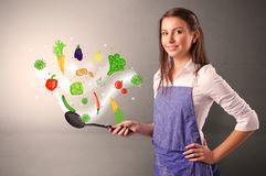 Kok met kleurrijke getrokken groenten stock foto's