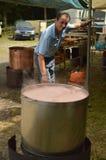Kok Preparing In een Pot van de Koperoctopus bij Becerrea-Octopusmarkt Keuken, Voedsel, Reis, Beroepen, Banen stock afbeeldingen