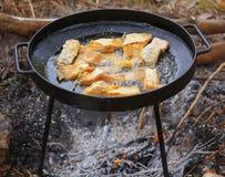 Koka i olja på öppnad brand som steker fiskfilén Royaltyfria Foton