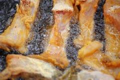 Koka i olja på öppnad brand som steker fiskfilén Royaltyfri Foto