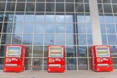 Koka-kola automaty przy Ma Macau Chiny, KWIECIEŃ - 22, 2018 - obraz royalty free
