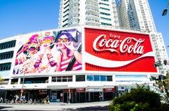 Koka-kola billboard w królewiątko krzyżu często dotyczy jako ikonowy punkt zwrotny jako reklama niż zdjęcie royalty free