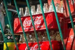 koka-kola butelki w Czerwonych skrzynkach, Filipiny obrazy stock