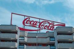 Koka-kola logo reklamuje neonowego światła listy na budować r obraz stock