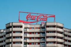 Koka-kola logo reklamuje neonowego światła listy na budynku dachu w Berlin obraz stock