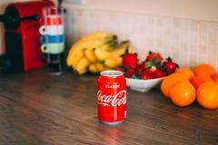 Koka-kola może na górze drewnianego stołu z zdrową owoc w tle zdjęcia stock