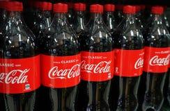 koka-kola produkty na pokazie w sklepie spożywczym zdjęcia royalty free
