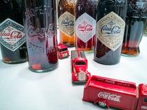 Koka-kola rocznika pojazdy i stare butelki zdjęcie stock
