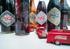 Koka-kola rocznika pojazdy i stare butelki obrazy royalty free