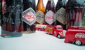 Koka-kola rocznika pojazdy i stare butelki obrazy stock