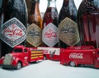 Koka-kola rocznika pojazdy i stare butelki zdjęcia stock
