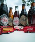 Koka-kola rocznika pojazdy i stare butelki zdjęcia royalty free