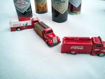 Koka-kola rocznika pojazdy i stare butelki fotografia stock