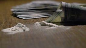 Kokain fnyste på en spegel till och med rullande 100 dollar sedel stock video