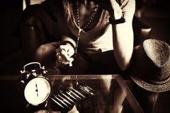 kokainy dziewczyna odzwierciedlający obwąchania stół zdjęcie stock