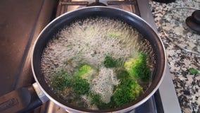 Kokande broccoli Arkivfoto