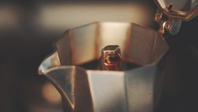 Kokande kaffe i den italienska kaffekannan, högkvalitativ 4K stock video
