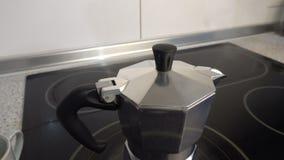 Kokande kaffebryggare på en ugn stock video