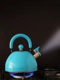 Kokande kokkärl på hoben Royaltyfri Foto