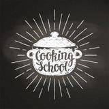 Kokande krukakritasilhoutte med solstrålar och bokstäver - matlagningskola - på svart tavla Royaltyfri Fotografi