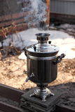 Kokande vatten för te i en samovar på morgonen, i början av våren Arkivfoton