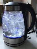 Kokande vatten i en glass kokkärlanordning Royaltyfria Foton
