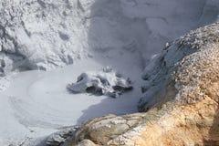 Kokande vulkanisk gyttja. Arkivbilder