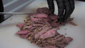 Kokbesnoeiingen gekruid vlees in dunne plakken stock video