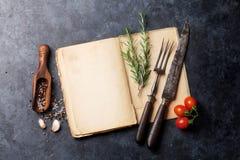 Kokbok, örter och kryddor arkivfoton
