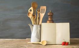 Kokbok eller receptbok med träskedar och jordgubbar, modell w Utrymme f?r fri kopia arkivfoton