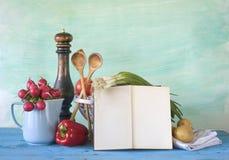 Kokbok grönsaker som lagar mat begrepp arkivfoton