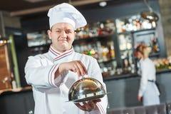 Kokchef-kok bij restaurant stock afbeelding
