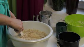 Kokend brood thuis stock footage
