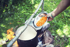 Kokend in een wandelingsreis, die in de bergen, toerisme eten Het koken bij de staak stock fotografie